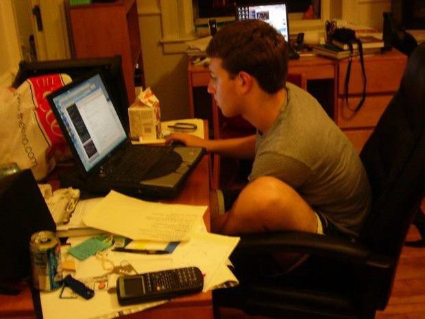 Lịch sử Facebook qua ảnh: Từ những thanh niên nhậu nhẹt giữa văn phòng đến kẻ thống trị thế giới - Ảnh 2.