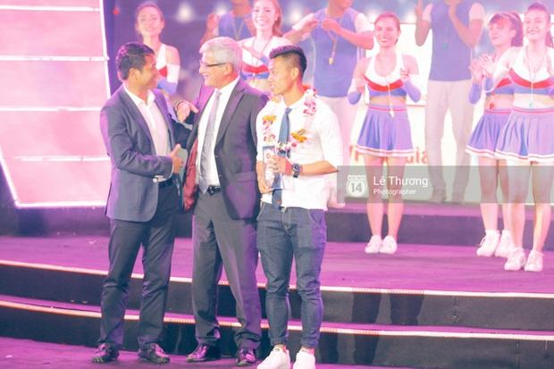 HLV Hữu Thắng bỏ về giữa chừng vì bị mất mặt ở Gala tổng kết mùa giải - Ảnh 2.