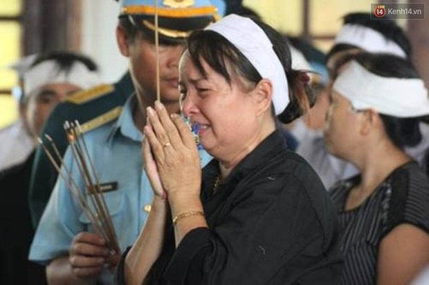 Vợ con thẫn thờ trước di ảnh của phi công Trần Quang Khải - Ảnh 25.