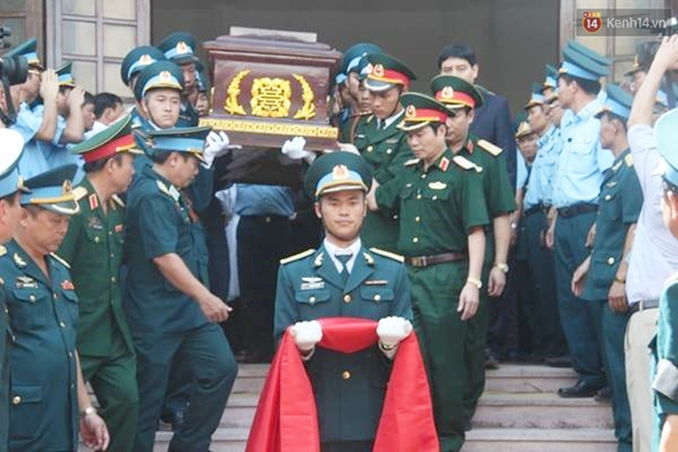 Vợ con thẫn thờ trước di ảnh của phi công Trần Quang Khải - Ảnh 31.
