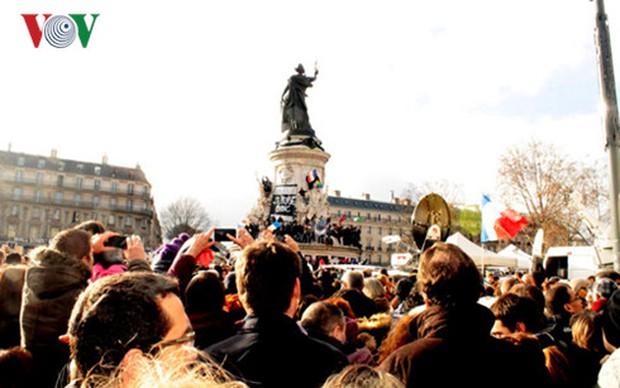 Pháp tưởng niệm 1 năm tòa soạn Charlie Hebdo bị khủng bố - Ảnh 3.