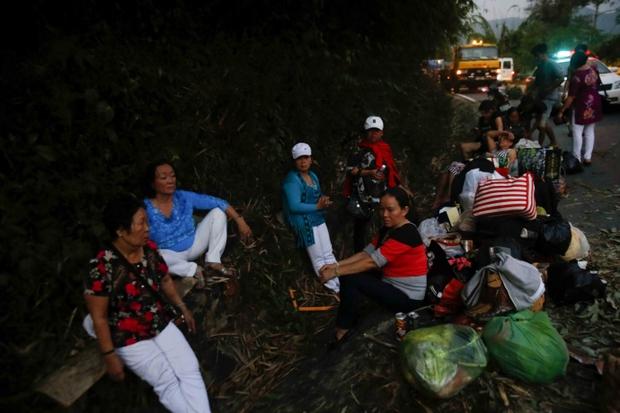 Video: Đèo Bảo Lộc kẹt cứng sau vụ tai nạn 6 người thương vong - Ảnh 4.