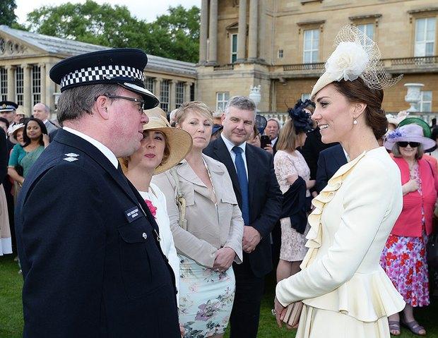 Tại cung điện, hai công chúa em chồng phóng ánh mắt ghen tỵ về phía Công nương Kate - Ảnh 3.