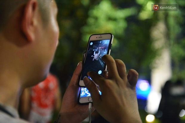 Chùm ảnh: Gần nửa đêm vẫn tắc đường vì người người đổ xô đi săn Pokemon - Ảnh 5.