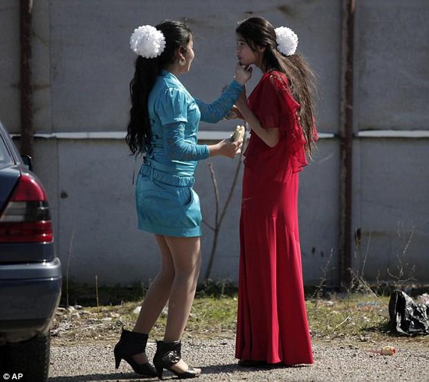 Khung cảnh chợ cô dâu, nơi người ta rao bán các thiếu nữ còn trinh công khai giữa trời châu Âu - Ảnh 4.