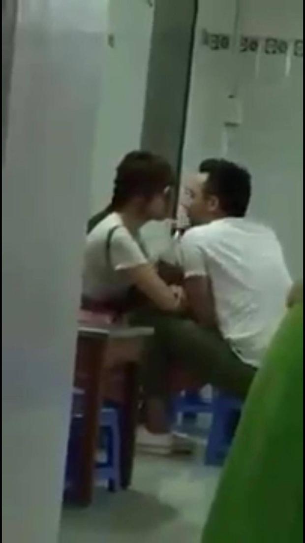 Clip: Trấn Thành - Hari Won lại hôn nhau thắm thiết trong quán ăn - Ảnh 3.