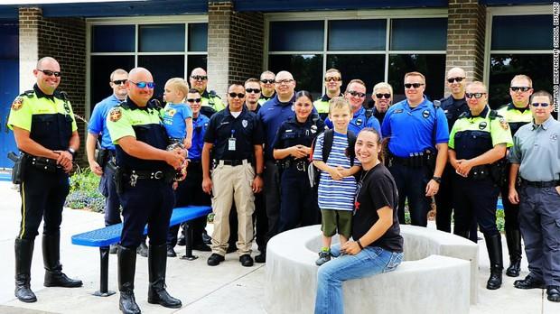Câu chuyện buồn đằng sau bức hình em bé 4 tuổi đi khai giảng với 18 cảnh sát theo sau - Ảnh 3.