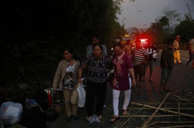 Video: Đèo Bảo Lộc kẹt cứng sau vụ tai nạn 6 người thương vong - Ảnh 5.