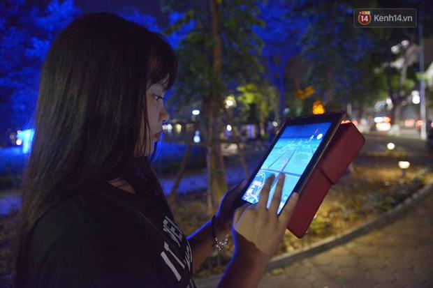 Chùm ảnh: Gần nửa đêm vẫn tắc đường vì người người đổ xô đi săn Pokemon - Ảnh 6.