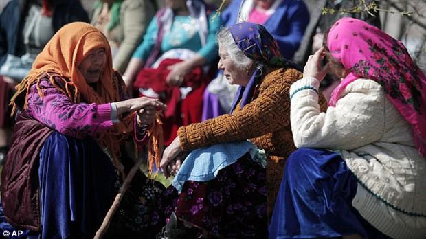 Khung cảnh chợ cô dâu, nơi người ta rao bán các thiếu nữ còn trinh công khai giữa trời châu Âu - Ảnh 3.