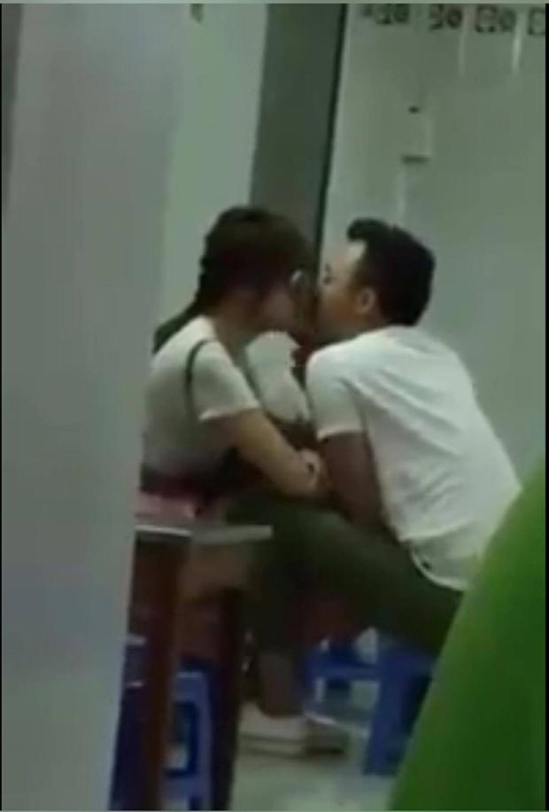 Clip: Trấn Thành - Hari Won lại hôn nhau thắm thiết trong quán ăn - Ảnh 4.
