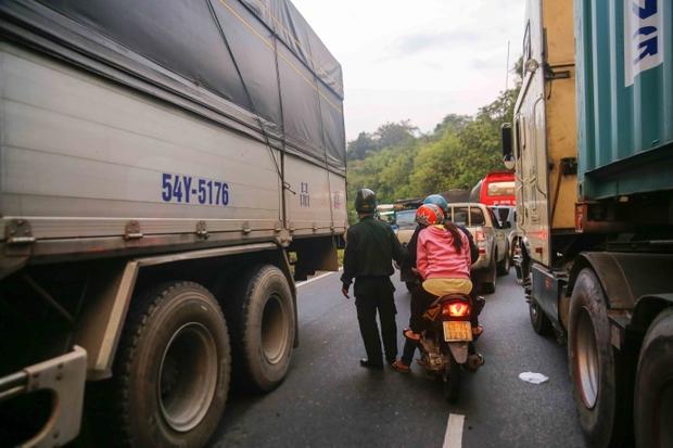 Video: Đèo Bảo Lộc kẹt cứng sau vụ tai nạn 6 người thương vong - Ảnh 6.