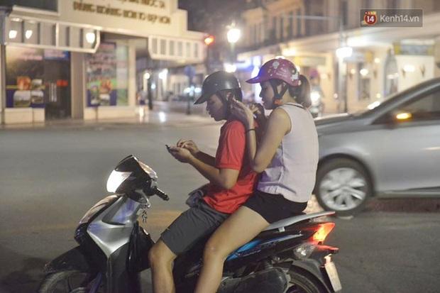 Chùm ảnh: Gần nửa đêm vẫn tắc đường vì người người đổ xô đi săn Pokemon - Ảnh 8.