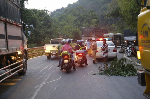 Video: Đèo Bảo Lộc kẹt cứng sau vụ tai nạn 6 người thương vong - Ảnh 7.