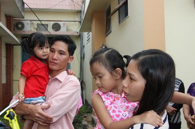 """Hai cháu bé """"trao nhầm"""" trở về với cha mẹ ruột sau 3 năm - Ảnh 6."""