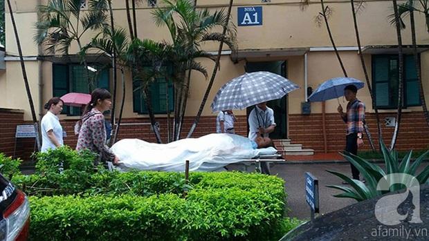 Lạ lùng cảnh phủ nilon, che ô tránh nước mưa cho bệnh nhân chờ mổ ở bệnh viện Việt Đức - Ảnh 7.