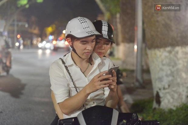 Chùm ảnh: Gần nửa đêm vẫn tắc đường vì người người đổ xô đi săn Pokemon - Ảnh 9.