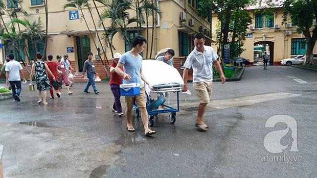 Lạ lùng cảnh phủ nilon, che ô tránh nước mưa cho bệnh nhân chờ mổ ở bệnh viện Việt Đức - Ảnh 8.