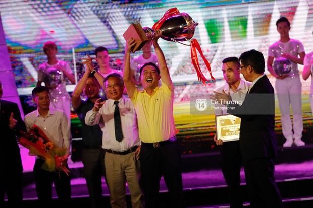 HLV Hữu Thắng bỏ về giữa chừng vì bị mất mặt ở Gala tổng kết mùa giải - Ảnh 9.