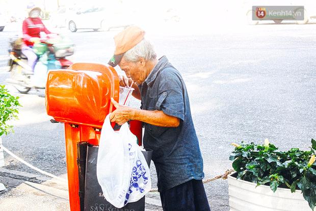 Trên phố Sài Gòn, lặng người nhìn ông cụ uống ly cà phê thừa lấy ra từ thùng rác... - Ảnh 1.