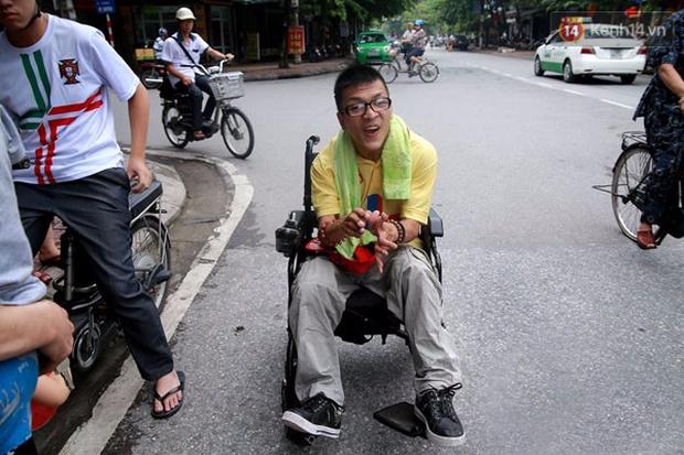 Nghị lực phi thường của chàng công tử ngồi xe lăn đi quyên tiền từ thiện trên phố - Ảnh 10.