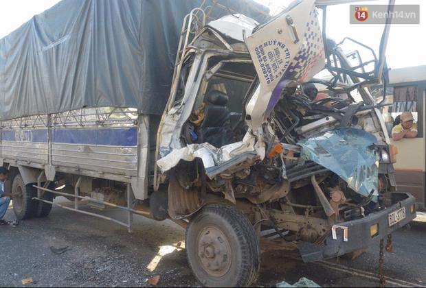 TP. HCM: Đầu xe tải nát bét sau khi gây tai nạn liên hoàn, phụ xe 20 tuổi tử vong - Ảnh 1.