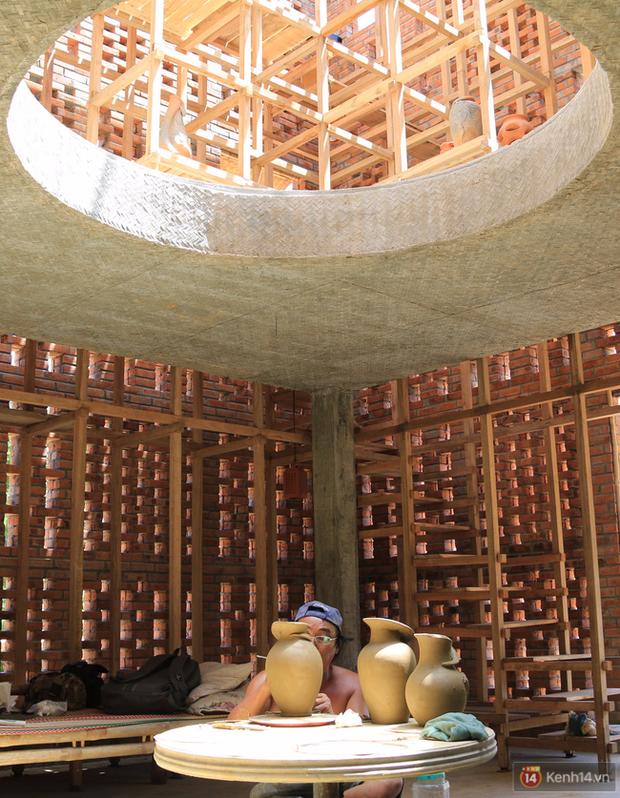 Chùm ảnh: Cận cảnh ngôi nhà 3 tầng bằng đất nung của nghệ nhân gốm Việt được lên báo Mỹ - Ảnh 9.