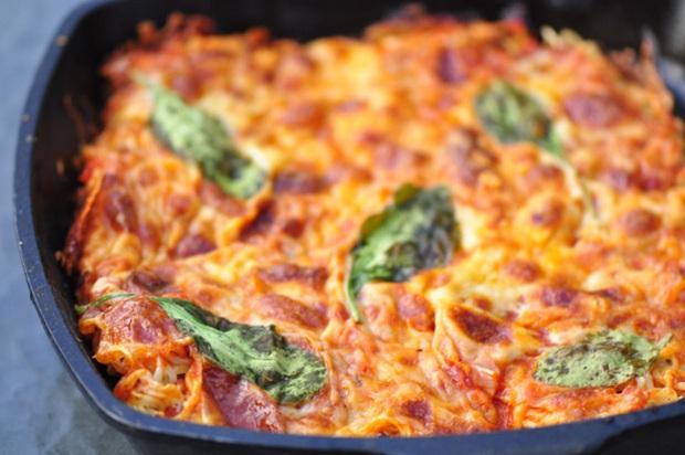 Tự làm pizza bình dân từ... mì gói cứu đói đêm khuya - Ảnh 5.