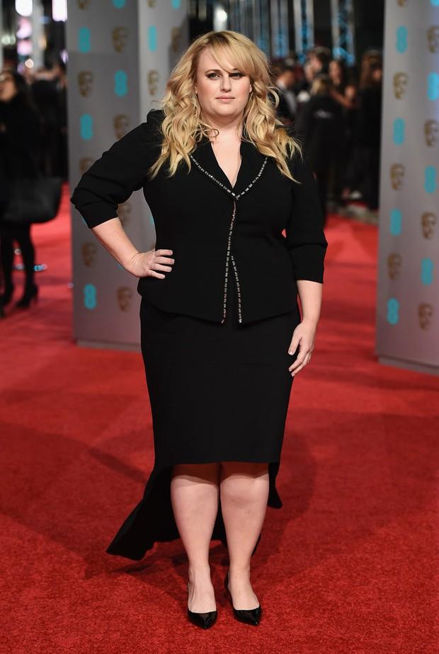 Loạt mỹ nhân Hollywood diện váy trễ nải khoe vòng 1 trên thảm đỏ Oscar Anh Quốc - Ảnh 21.