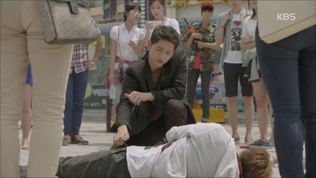 """""""Hậu Duệ Mặt Trời"""": Song Joong Ki """"say nắng"""" Song Hye Kyo từ cái nhìn đầu tiên - Ảnh 12."""