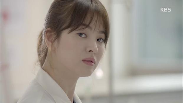 """""""Hậu Duệ Mặt Trời"""": Song Joong Ki """"say nắng"""" Song Hye Kyo từ cái nhìn đầu tiên - Ảnh 14."""