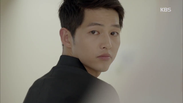 """""""Hậu Duệ Mặt Trời"""": Song Joong Ki """"say nắng"""" Song Hye Kyo từ cái nhìn đầu tiên - Ảnh 15."""