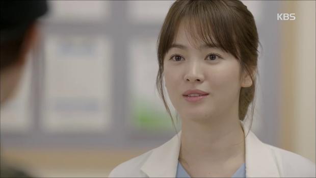 """""""Hậu Duệ Mặt Trời"""": Song Joong Ki """"say nắng"""" Song Hye Kyo từ cái nhìn đầu tiên - Ảnh 17."""