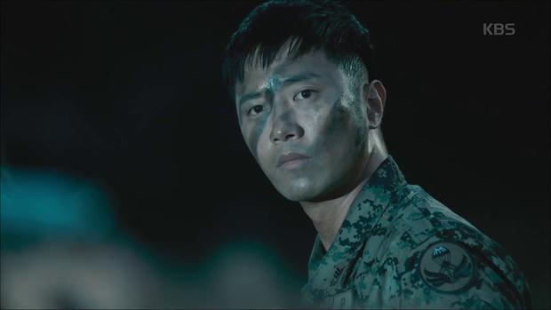 """""""Hậu Duệ Mặt Trời"""": Song Joong Ki """"say nắng"""" Song Hye Kyo từ cái nhìn đầu tiên - Ảnh 2."""