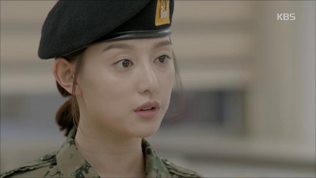 """""""Hậu Duệ Mặt Trời"""": Song Joong Ki """"say nắng"""" Song Hye Kyo từ cái nhìn đầu tiên - Ảnh 18."""