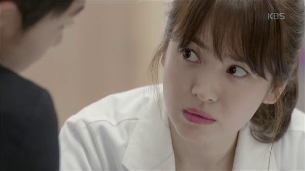"""""""Hậu Duệ Mặt Trời"""": Song Joong Ki """"say nắng"""" Song Hye Kyo từ cái nhìn đầu tiên - Ảnh 23."""