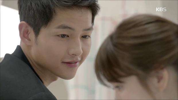 """""""Hậu Duệ Mặt Trời"""": Song Joong Ki """"say nắng"""" Song Hye Kyo từ cái nhìn đầu tiên - Ảnh 25."""