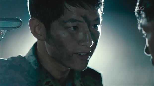 """""""Hậu Duệ Mặt Trời"""": Song Joong Ki """"say nắng"""" Song Hye Kyo từ cái nhìn đầu tiên - Ảnh 3."""