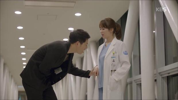 """""""Hậu Duệ Mặt Trời"""": Song Joong Ki """"say nắng"""" Song Hye Kyo từ cái nhìn đầu tiên - Ảnh 27."""