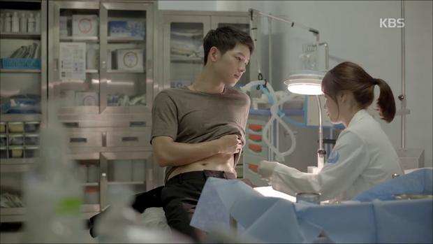 """""""Hậu Duệ Mặt Trời"""": Song Joong Ki """"say nắng"""" Song Hye Kyo từ cái nhìn đầu tiên - Ảnh 28."""