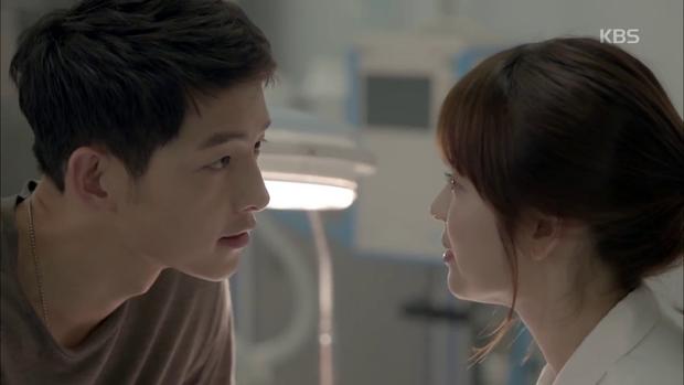 """""""Hậu Duệ Mặt Trời"""": Song Joong Ki """"say nắng"""" Song Hye Kyo từ cái nhìn đầu tiên - Ảnh 29."""