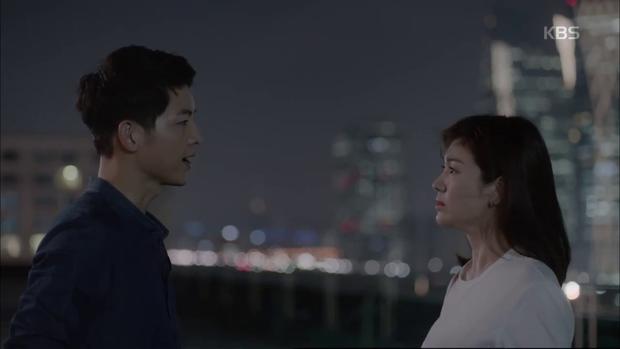 """""""Hậu Duệ Mặt Trời"""": Song Joong Ki """"say nắng"""" Song Hye Kyo từ cái nhìn đầu tiên - Ảnh 31."""