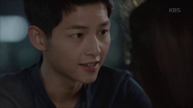 """""""Hậu Duệ Mặt Trời"""": Song Joong Ki """"say nắng"""" Song Hye Kyo từ cái nhìn đầu tiên - Ảnh 32."""