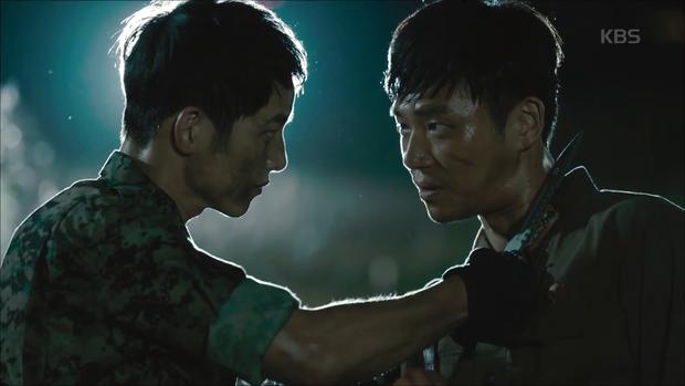 """""""Hậu Duệ Mặt Trời"""": Song Joong Ki """"say nắng"""" Song Hye Kyo từ cái nhìn đầu tiên - Ảnh 4."""