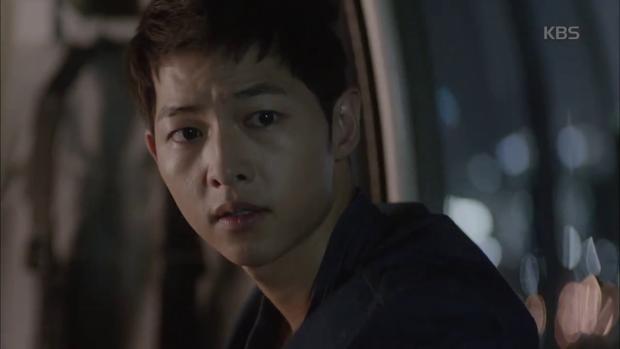 """""""Hậu Duệ Mặt Trời"""": Song Joong Ki """"say nắng"""" Song Hye Kyo từ cái nhìn đầu tiên - Ảnh 34."""
