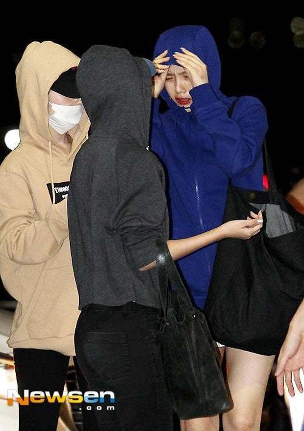 Sợ lộ tóc mới, cả nhóm Red Velvet trùm kín mít như ninja ở sân bay - Ảnh 1.