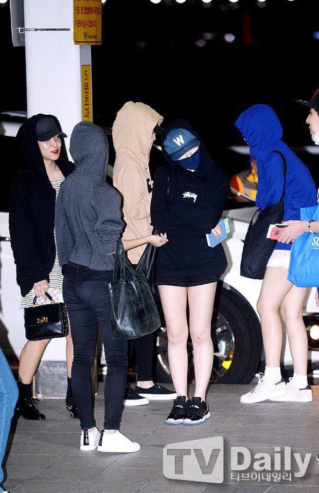 Sợ lộ tóc mới, cả nhóm Red Velvet trùm kín mít như ninja ở sân bay - Ảnh 2.