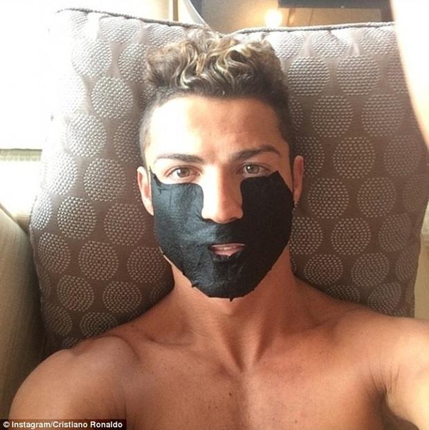 Ronaldo nhát ma fan với ảnh đắp mặt nạ làm đẹp - Ảnh 3.