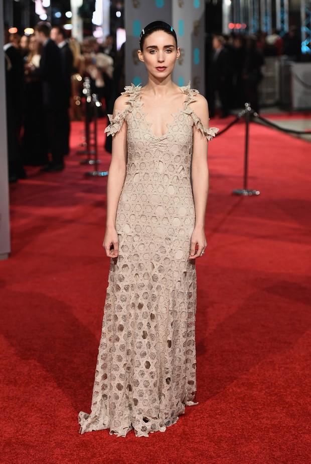 Loạt mỹ nhân Hollywood diện váy trễ nải khoe vòng 1 trên thảm đỏ Oscar Anh Quốc - Ảnh 5.