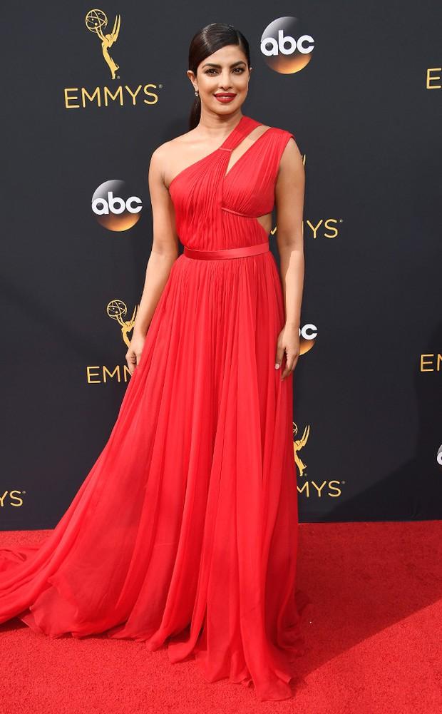 Thảm đỏ Emmy 2016 sáng bừng với màn đọ sắc lộng lẫy của dàn mỹ nhân thế giới - Ảnh 10.